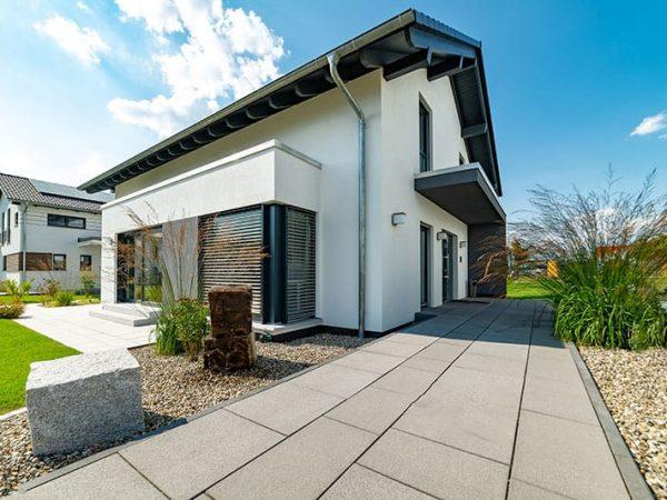 Einfamilienhaus von außen gepflasterter Zuweg