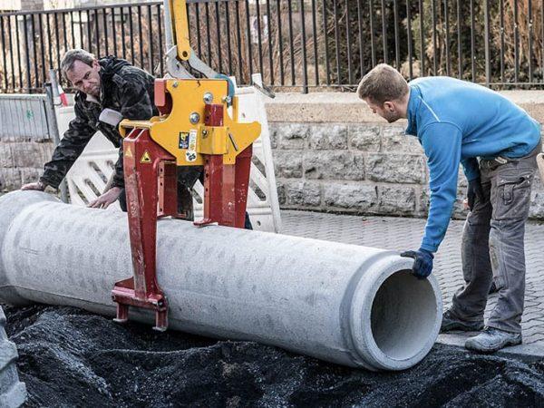 Zwei Bauarbeiter schieben Rohteil
