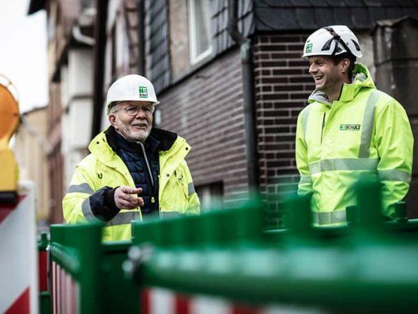 Wolgang Schulz im Gespräch mit Bauleiter