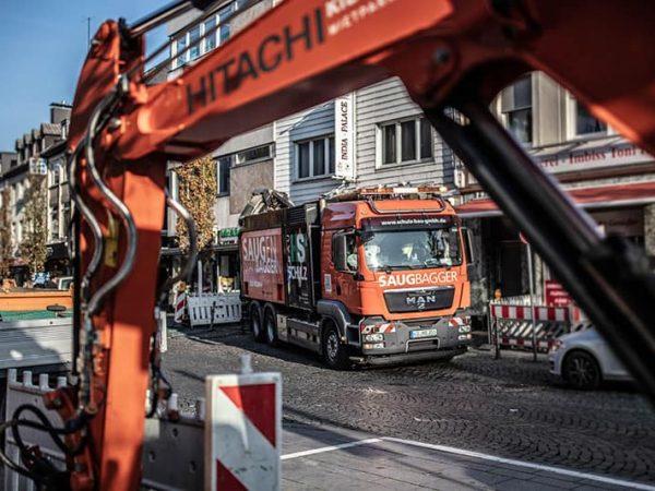 Saugbagger steht als Spezialgerät auf Straße