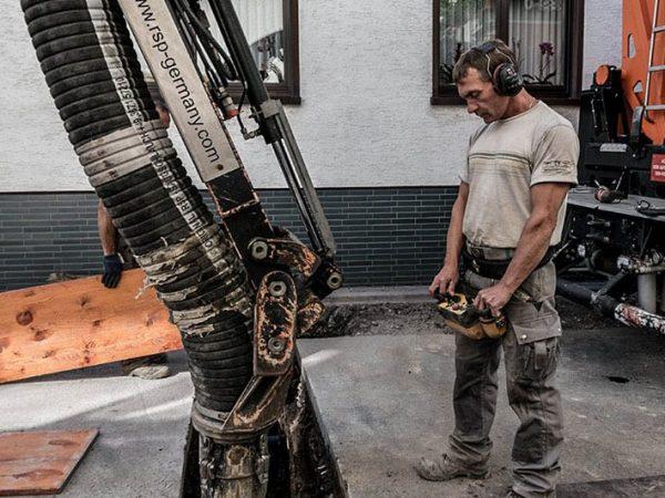 Bauarbeiter steuert Saugbagger